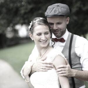Brautpaar im Park, wir lieben die ungestellten Momentaufnahmen bei Brautpaarfotos