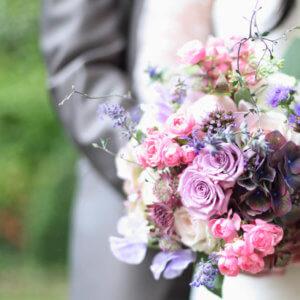 Ein Brautpaar und die kleinen Details einer Hochzeit.