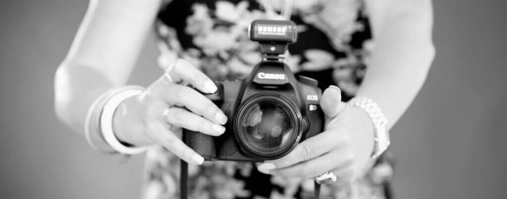 Anett Weigelt im trendsetter Fotostudio mit Canon Kamera und Blitzauslöser.