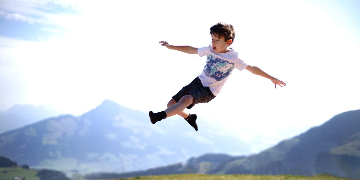 Das etwas andere Urlaubsfoto - Kinderfoto vor beeindruckender Berglandschaft.