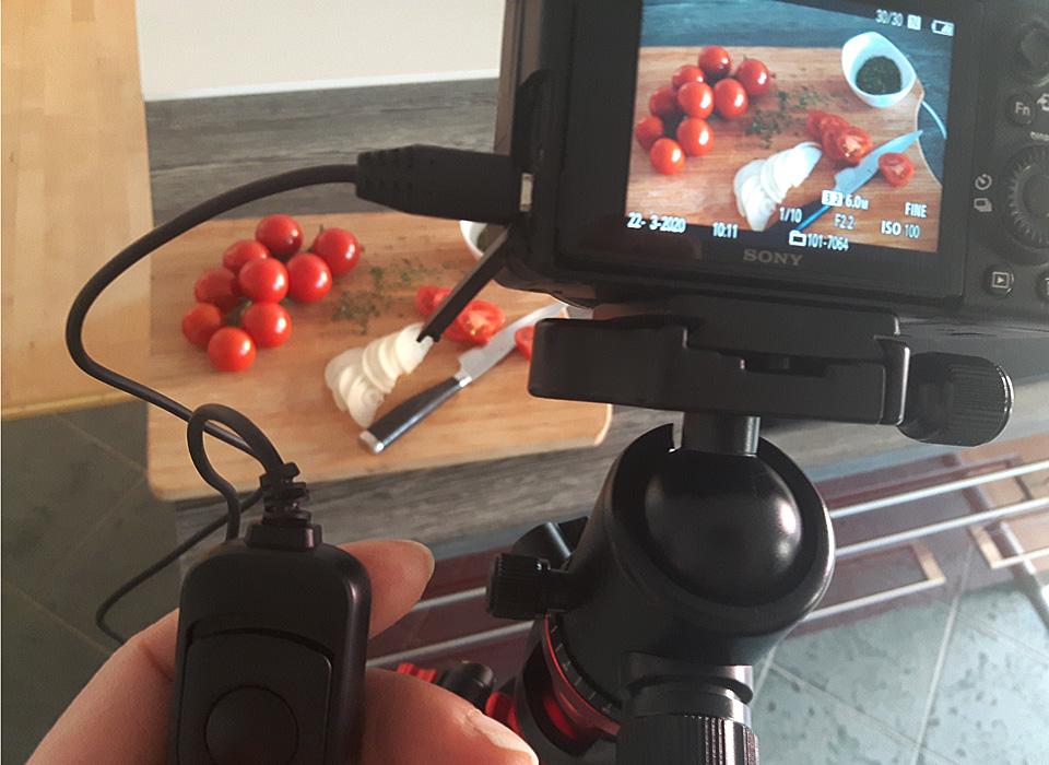 Fotosetaufbau in der heimische Küche. Wenn wir nicht mehr essen gehen können, wollen wir die Anderen an unserem Essen teilhaben lassen.